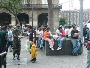Ejercito mexicano repartiendo barbijos en la vía publica. Foto: Randal Sheppard