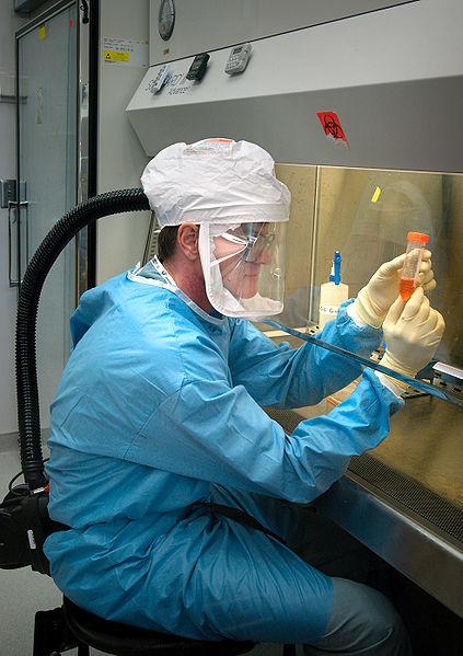 Investigador manipulando el virus