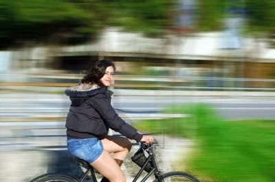 Los beneficios para la salud del uso de la bicicleta en la ciudad son mucho mayores que los riesgos por la contaminación y los accidentes de tráfico