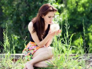 En el verano aumentan algunos alérgenos estacionales como algunos pólenes, sobre todo los de las plantas compuestas.