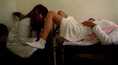 Un exámen de exudado vaginal ofrece generalmente el diagnóstico
